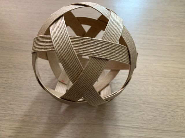 紙テープで編んだボールです