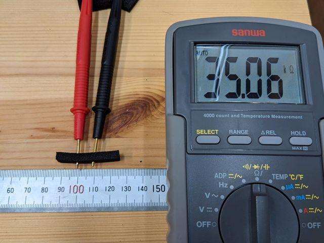 導電スポンジの抵抗値を測る様子